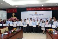 Thứ trưởng Lê Công Thành trao các sản phẩm kỹ thuật của ngành Tài nguyên và Môi trường cho các tỉnh Nam Bộ