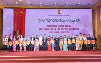 Thứ trưởng Trần Quý Kiên và Chủ tịch công đoàn Bộ Dương Trung Thành tặng hoa và cờ lưu niệm cho các đơn vị tham dự hội thi