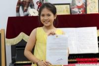 Bé Nguyệt Linh với bức thư của Bộ trưởng Trần Hồng Hà gửi