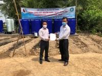 Đại diện Cục Quản lý tài nguyên nước trao biên bản bàn giao toàn bộ Công trình hệ thống xử lý nước sinh hoạt cho đại diện lãnh đạo xã Vĩnh Hưng, huyện Vĩnh Lợi, tỉnh Bạc Liêu