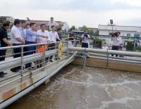 Bộ trưởng Bộ TN&MT Trần Hồng Hà kiểm tra khu vực xử lý nước thải tập trung. Ảnh: Việt Hùng