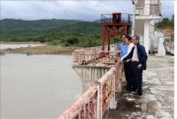 Lãnh đạo Sở Nông nghiệp và Phát triển nông thôn tỉnh Ninh Thuận kiểm tra tình hình lượng nước ở hồ Sông Biêu, huyện Thuận Nam. Ảnh: Công Thử - TTXVN