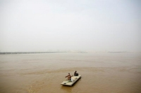 Ngư dân chèo thuyền trên sông Hoàng Hà để thả lưới ở ngoại ô phía Bắc Trịnh Châu, tỉnh Hà Nam, Trung Quốc vào ngày 21/2/2019. Ảnh: Reuters / Thomas Peter