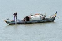 Ngư dân đánh bắt cá trên sông Mekong.