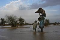 Những người tị nạn Sudan từ vùng Darfur tìm kiếm một nơi trú ẩn mới ở miền Đông Chad sau những trận mưa lớn vào năm 2004. Ảnh: UNHCR / Hélène Caux