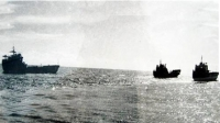 """Đoàn tàu """"há mồm"""" chở đá, sắt thép và nước ngọt ra Trường Sa năm 1976, ảnh Tư liệu."""