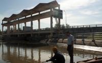 Cán bộ ngành nông nghiệp tỉnh Tiền Giang quan trắc mẫu nước tại trạm Bảo Định, TP Mỹ Tho (Tiền Giang). Ảnh: TỪ ANH TUẤN