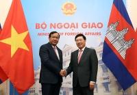 Phó Thủ tướng, Bộ trưởng Bộ ngoại giao Phạm Bình Minh và Phó Thủ tướng, Bộ trưởng Ngoại giao và Hợp tác quốc tế Campuchia Prak Sokhonn