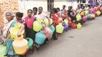 Người dân thành phố Chennai xếp hàng nhận nước trợ cấp từ chính phủ. Ảnh: Indian Express.
