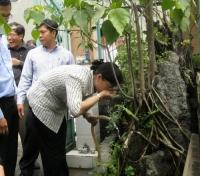 Bà Nguyễn Thị Quyết Tâm uống nước từ giếng khoan trong buổi giám sát tại phường Bình Chiểu, quận Thủ Đức và sáng 12-5.
