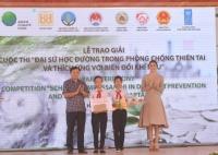 """BTC trao giải đặc biệt cho tác phẩm truyền hình """"Đánh thức vùng đất đã ngủ yên sau thiên tai"""" của học sinh trường THCS Nguyễn Bỉnh Khiêm, TP. Hội An"""