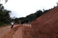Đường tỉnh 445 đoạn đi qua xóm Máy Giấy (Dân Hạ, Kỳ Sơn) được cắm biển cảnh báo có nguy cơ sạt lở đất đá rất cao trong mùa mưa 2019.