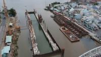 Công trình ngăn triều Tân Thuận chống ngập có tính yếu tố biến đổi khí hậu đang thi công tại TPHCM. Ảnh: CAO THĂNG