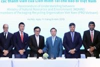 Bộ trưởng Trần Hồng Hà cùng Chủ tịch Liên Minh tái chế bao bì PRO Việt Nam Phạm Phú Ngọc Trai ký kết Biên bản ghi nhớ hợp tác phối hợp