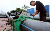 Lắp đặt đường ống nước sạch trên địa bàn huyện Thanh Oai. Ảnh: Bá Hoạt