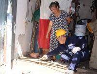 Nhân viên Cấp nước Gia Định lấp giếng khoan tại nhà bà Lý Cẩm Lệ (quận Phú Nhuận)