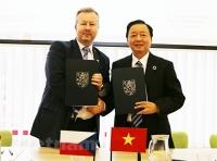 Bộ trưởng Tài nguyên và Môi trường Việt Nam Trần Hồng Hà và Bộ trưởng Môi trường Richard Brabec ký Kế hoạch hành động hợp tác giai đoạn 2020-2025. (Ảnh: Trần Hiếu/Vietnam+)